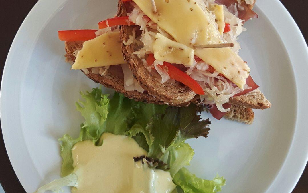Sandwich met zuurkool, rookvlees en kaas
